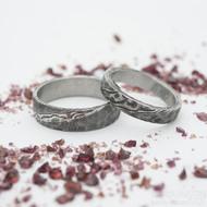 Natura zatmavená, dřevo - 53, šířka 4 mm a 60,5, šířka 6 mm - Kované snubní prsteny, damasteel