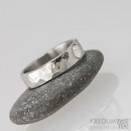 Kovaný snubní prsten - Draill lesklý a měsíční kámen, velikost 52, šířka 5 mm