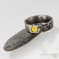 Draill tmavý a jantar - Snubní prsten kovaná nerezová ocel, S1453
