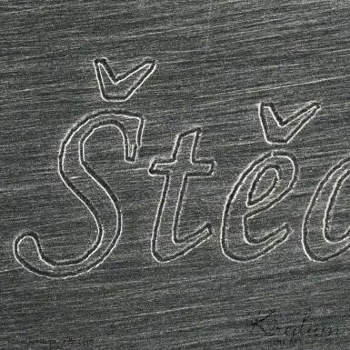 Obrys - Rytí nápisů do šperků řízeno počítačem