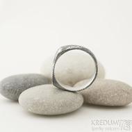 Omar - Kovaný damasteel prsten - velikost 58, šířka hlavy 6,7 mm, do dlaně 4,3 mm, struktura dřevo - lept 75% TM - S1375 (5)
