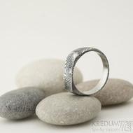 Omar - Kovaný damasteel prsten - velikost 58, šířka hlavy 6,7 mm, do dlaně 4,3 mm, struktura dřevo - lept 75% TM - S1375 (7)
