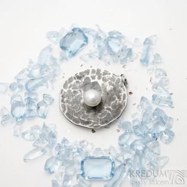 Pearl wheel white - Kovaný přívěsek z nerezové oceli s perlou, SK2549