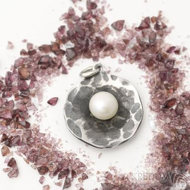 Pearl wheel white mini - Kovaný přívěsek z nerezové oceli s perlou, SK2550 (4)