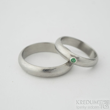 Prima a broušený smaragd 2 mm osazený ve stříbře - Zásnubní / Snubní prsten damasteel, struktura voda, lept 25%, velikost 53; šířka 4,5 mm