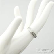 Prima a čirý diamant 1,5 mm, voda - 49, šířka 4 mm, lept 75% - světlý, profil B - Damasteel snubní prsten