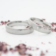 Prima a diamant 1,7 mm a Prima - oba šířka 4,5 mm, struktura dřevo lept 50% světlý, profil E - Damasteel snubní prsteny