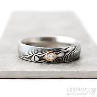 Prima a diamant 2,3 mm v červeném zlatě - 58, šířka 5 mm, lept 75 zatmavený, profil D - Damasteel snubní prsteny - k 1261 (5)