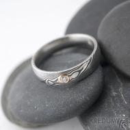 Prima a diamant 2,3 mm v červeném zlatě - 58, šířka 5 mm, lept 75 zatmavený, profil D - Damasteel snubní prsteny - k 1261