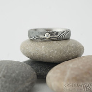Prima a moissanite 1,7 mm do Ag - velikost 49,5, šířka 4 mm, tl. střední, dřevo 100 TM, E - Damastel snubní prsteny
