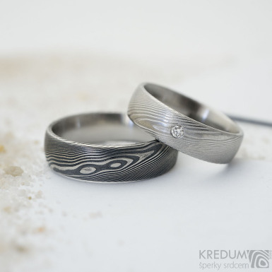 Prima damasteel a čirý diamant 2 mm - vzor dřevo - kovaný snubní prsten z chirurgické oceli