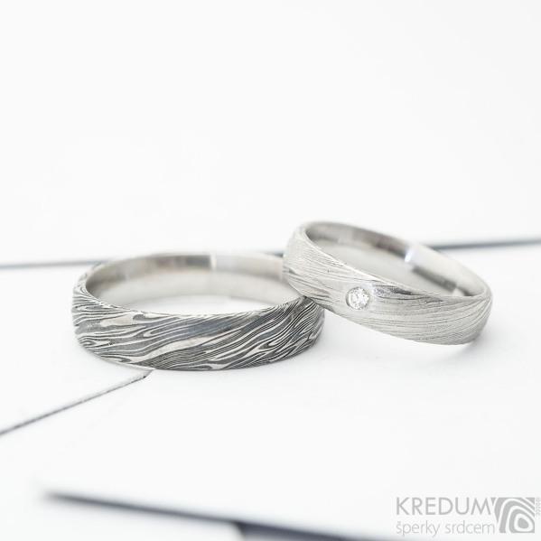 Snubní prsteny z chirurgické oceli damasteel, typ Prima, voda - vel. 52, šířka 4,5mm, tloušťka střední, profil B+CF, lept světlý střední, 2 mm čirý diamant + vel. 63, šířka 5 mm, tl. střední, lept tmavý hrubý, profil B+CF - k 4817