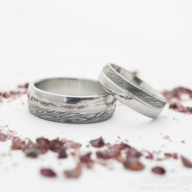 Prima duo s linkou, voda, lept zatmavený - 50 a 63, šířka 5,5 a 7 mm - Damasteel snubní prsteny