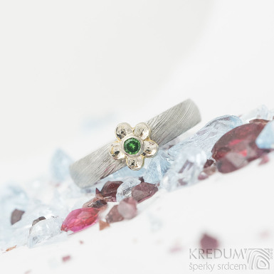 Prima flower bílé Au a tsavorite 2 mm - voda, 51,5, š 3,7 mm, tl 1,4 mm, B, 75% SV, kytička 6,2 mm - Zásnubní prsten - SK2206