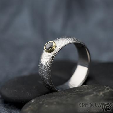 PRIMA a černý diamant 4,05 mm ve zlatě - kolečka - lept 50%, velikost 59, šířka 7,3 mm, tloušťka cca 2,1 mm, profil A - prsten kovaná nerezová ocel damasteel, SK1629