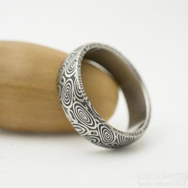 Prima kolečka - Kovaný snubní prsten z oceli damasteel - velikost 52,5; šířka 5,6 mm, tloušťka 1,7 mm, profil B, lept 100%, zatmavený - produkt SK3261