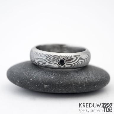 Prima line a černá diamant 2,3 mm - 54, šířka 5 mm, struktura dřevo 75% TM, profil D - Damasteel snubní prsteny - K 1157 (3)