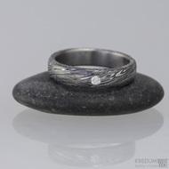 Snubní prsten kovaná nerezová ocel damasteel, typ PRIMA + čirý diamant 2 mm. Struktura voda, lept 100% zatmavený, velikost 54, šířka 4,5 mm a diamant 2 mm