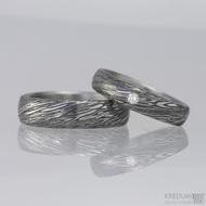 Snubní prsteny damasteel, typ PRIMA + čirý diamant 2 mm. Struktura voda, lept 100% zatmavený, šířky 5,5 mm a 4,5 mm