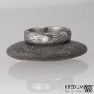 Snubní prsten nerezová ocel damasteel typ Prima, struktura voda a čirý přírodní diamant o průměru 1,7 mm