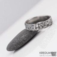 Damasteel snubní prsten Natura, struktura čárky, velikost 60, šířka 5,5 mm, tloušťka 1,6 mm, lept 100% - zatmavený, produkt S2147