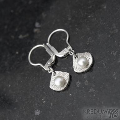 Raníčky dětské - dřevo + stříbrná klapka - Kované damasteel naušnice a perly