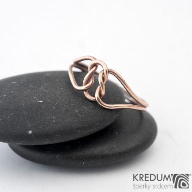 Reverse Red - ambulantní uzel - Zlatý snubní prsten - barva prstenu na fotografii je upravovaná