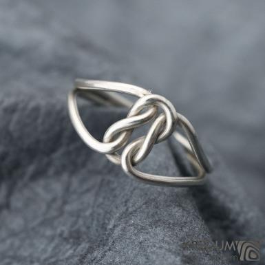 Rewerse - ulistrační fotografie, tento prsten je vyroben ze stříbrného drátu