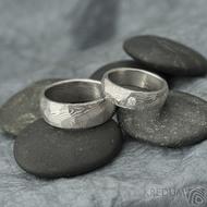 Rocksteel a diamant 2,3 mm - 55, šířka 6 mm a Rocksteel - 64,5, šířka 8 mm, oba dřevo 75% SV- Damasteel snubní prsteny - et 1737