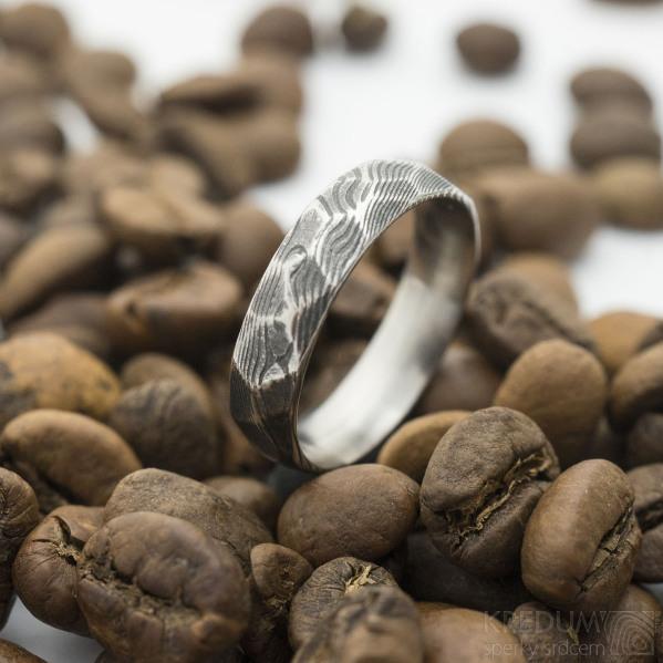 Rocksteel - velikost 55, šířka 4,9 mm, tloušťka 1,6 mm, struktura dřevo, zatmavený, CF - Broušený prsten damasteel - sk2954 (5)