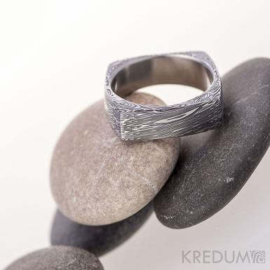 Round square, voda - Kovaný prsten damasteel - 50, šířka 5,6 mm, tloušťka 1,5 mm v rozích až 3,4 mm, lept 100% TM - S1160