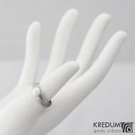 Kovaný prsten damasteel - Liena s pravou perlou - dřevo, velikost 49