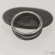 Damasteel prsten Pán vod - velikost 55 šířka maximální cca 8 mm, šířka do dlaně cca 5 mm, tloušťka od 1,6 do 1,9 mm