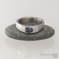 Draill a oválný kámen kabošon - Kovaný snubní prsten