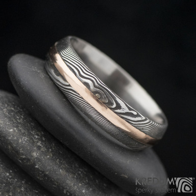 Duori red, struktura dřevo - Snubní prsten damasteel a zlato, velikost 63