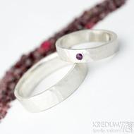 Silver draill a rubín nad 2 mm - 54, šířka 4,5 mm, mat a Silver draill - 68, šířka 6 mm, mat  - Stříbrné snubní prsteny - k 1820