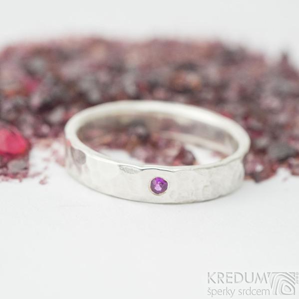 Silverd draill a broušený rubín 2 mm - velikost 54, šířka 4 mm, lesklý, vnitřní zaoblení - Stříbrný zásnubní prsten - k 1704
