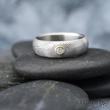 ilustrační foto - Siona a diamant 2,3 mm do žlutého Au - 46, šířka 5, tloušťka 1,6 - 2,2 , TW - 50%SV - Damasteel snubní prsteny