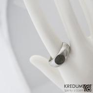 Siona a vltavín - Kovaný snubní / zásnubní prsten, produkt S2090 - struktura dřevo, lept 75% světlý