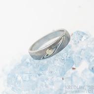 Siona white - zásnubní prsten damasteel dřevo a diamant 1,7 mm do žlutého zlata, lept 75%, zatmavený, velikost 50, šířka 4,8 ,a 3,3 mm