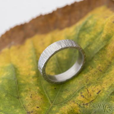 Wood světlý - Kovaný nerezový snubní prsten, SK2313