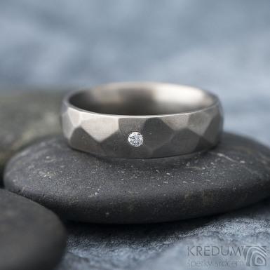 Skalák titan a čirý diamant 1,7 mm - matný - Kovaný snubní prsten z titanu