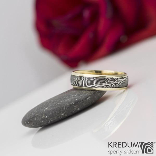 Kasiopea yellow - Zlatý snubní prsten a damasteel dřevo, vel. 58