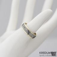 Kasiopea yellow - Zlatý snubní prsten a damasteel dřevo, vel. 55