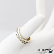 Kasiopea yellow - Zlatý snubní prsten a damasteel dřevo, vel. 49