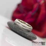 Kasiopea white - Zlatý snubní prsten a damasteel čárky, vel. 52