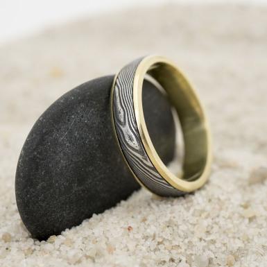 Snubní prsten Kasiopea yellow - struktura dřevo - velikost 60, šířka 5 mm, tloušťka 1,8 mm - produkt SK3212