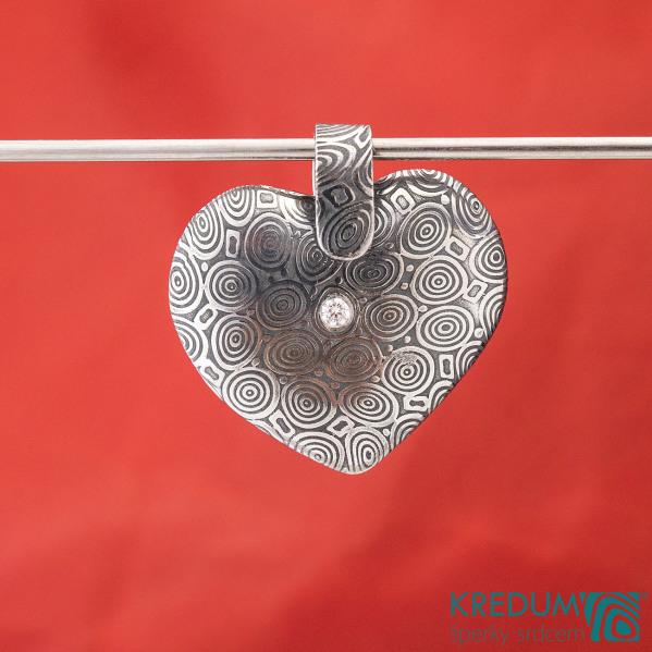 Srdíčko s damasteelovým závěsem a diamantem 2 mm - Kovaný přívěsek damasteel - kolečka