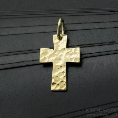 Tepaný křížek - Přívěsek ze žlutého zlata