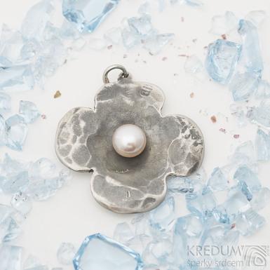 tyřlístek - Kovaný přívěsek z nerezové oceli s perlou, SK2555;